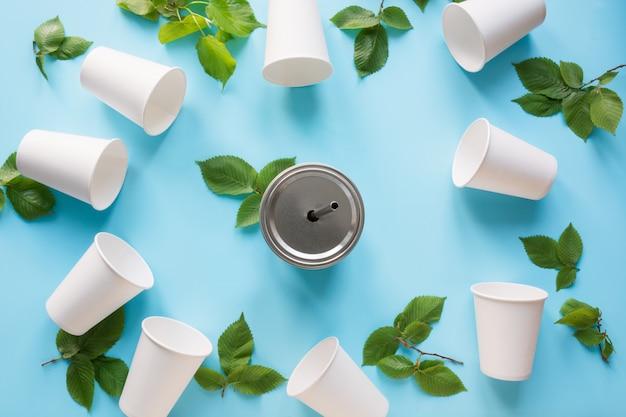 白地に白の使い捨てカップと緑の葉