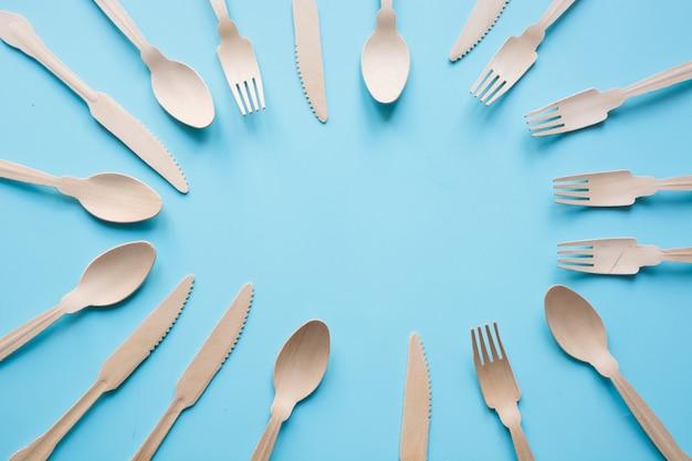 天然木の材料、スプーン、ナイフ、フォークからの使い捨て食器、環境に優しいテキスト用のスペース