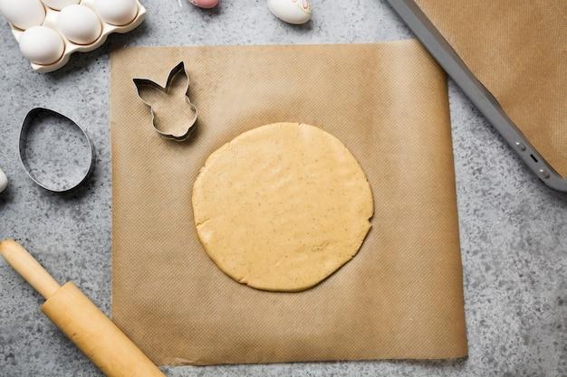 イースターのためのクッキーを作るプロセス。上からの眺め。