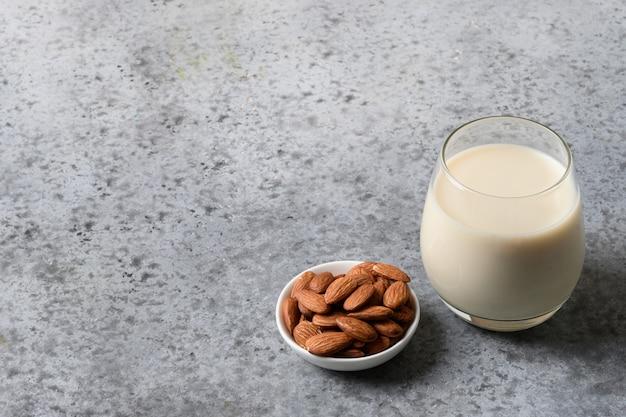 アーモンドミルクとアーモンドグレーのガラス。上面図。