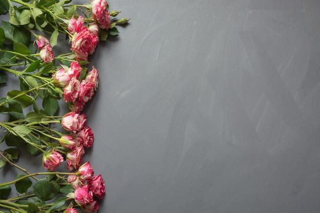 グレーのピンクの斑点を付けられたブッシュバラの花束
