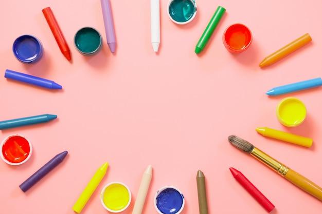 学校に戻る。カラフルなワックスクレヨン、ピンクのクリエイティブ用塗料。