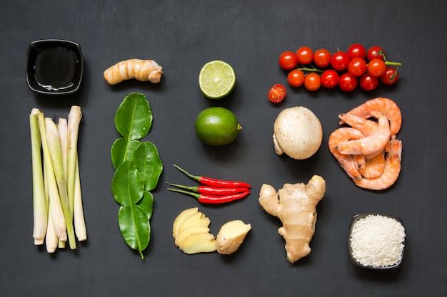 人気のタイのスープトムヤムクンのための原料。