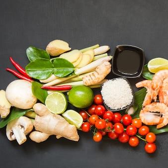 タイのスープトムヤムクンのための原料。