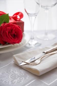 バレンタインデーや赤いバラとのロマンチックなディナー。