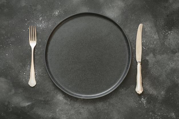 黒いテーブルの上の暗い場所の設定。上面図。