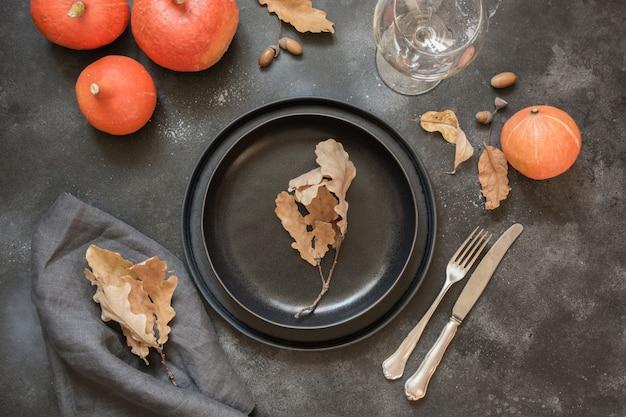 黒いテーブルにカボチャの感謝祭の日やハロウィーンの場所の設定。上面図。