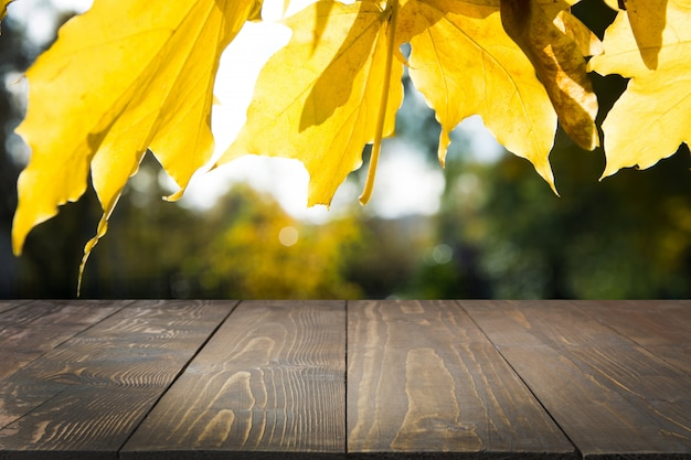 木製の卓上と自然な秋の抽象的な背景。