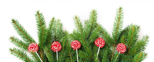 Рождественская елка ветви и красный леденец как декор.