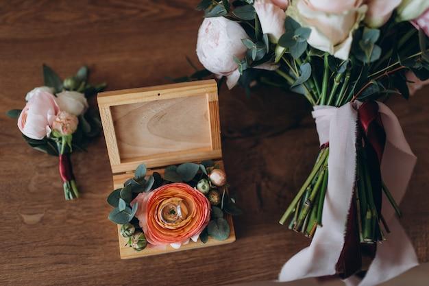 結婚指輪とパステルブライダルブーケのクローズアップ