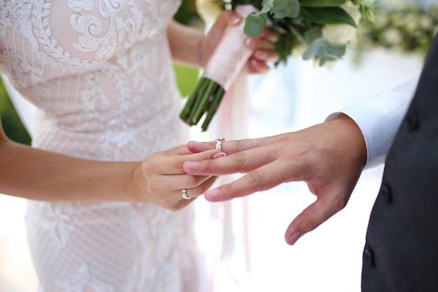 結婚式。花嫁は婚約指輪を新郎につけます。結婚式の日