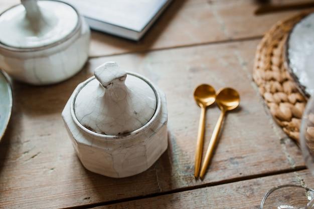 白い皿とスプーン、黄金のフォーク、揚げ物、結婚式の装飾。クリスマスまたはタンクスギビングディナー。上から