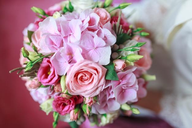 Свадебный букет цветов, в том числе красный зверобой