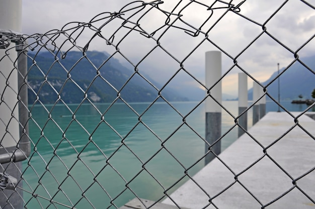 海の桟橋、背景の周りのスチールフェンス