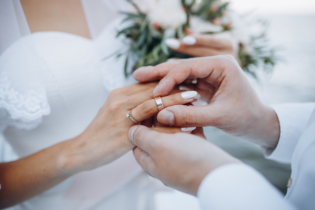 Мужчина в обручальном кольце на пальце жены.
