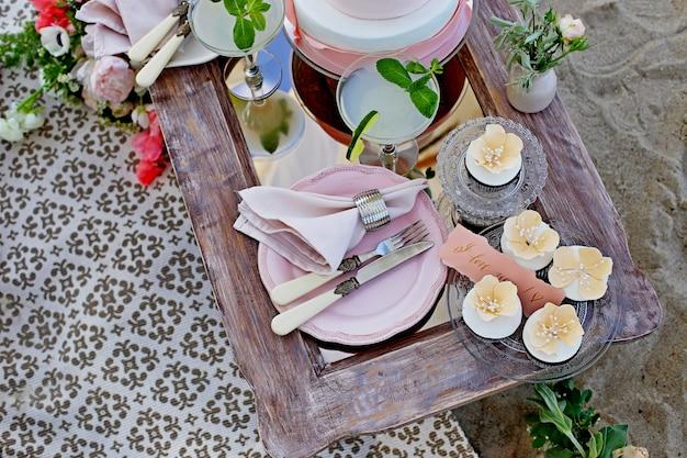 結婚式の装飾、装飾されたテーブル、キャンドル、ケーキ、美しい食器、黒、金、バラ色