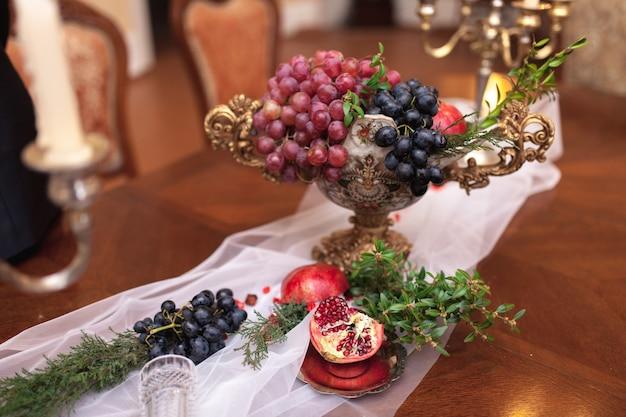 赤い手榴弾で飾られたテーブル