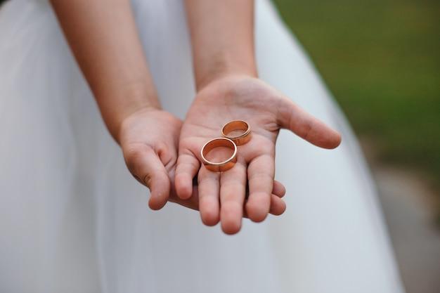 金の結婚指輪は花嫁の手にあります