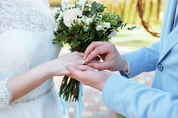 男は女性に指輪をかけます。年配のカップルの手。あなたの心を愛で満たしてください。何も怖くない。