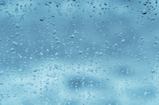窓ガラスに雨滴、トーンブルー