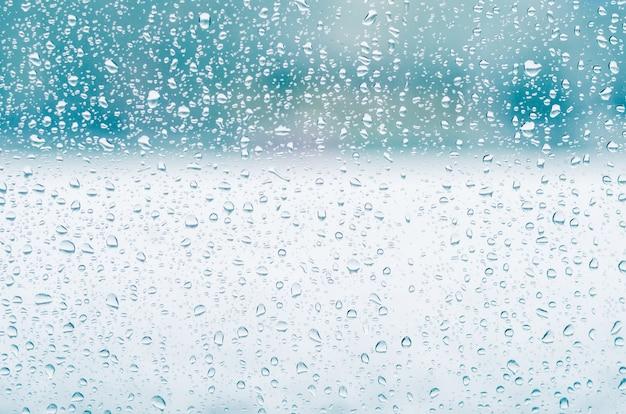 雨のしずくとウィンドウガラスの背景、青の調子に冷凍水