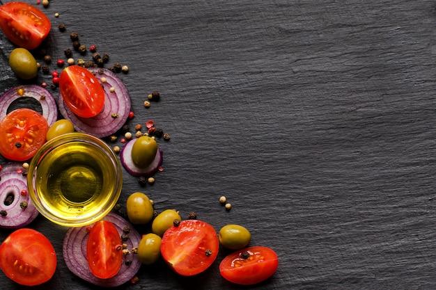 オリーブオイルと健康的なサラダのための原料のバナートップビュー