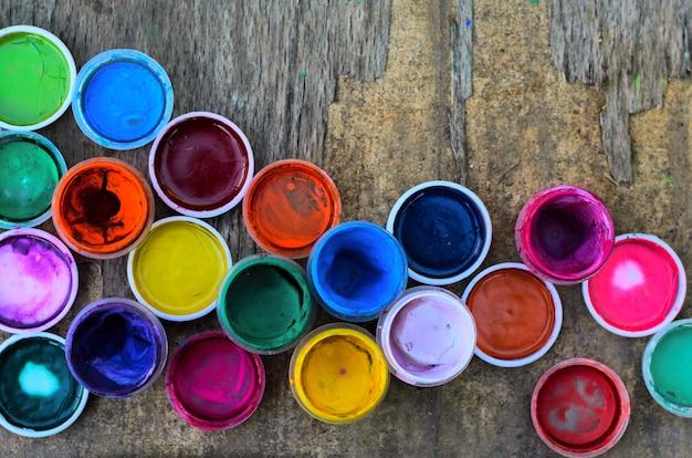 Набор гуашевых красок и акварели для рисования, художественные инструменты на старом дереве