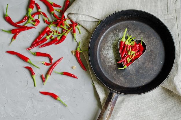 Маленькие холодные перцы в форме сердца на железной сковороде, концепция горячей любви и страсти