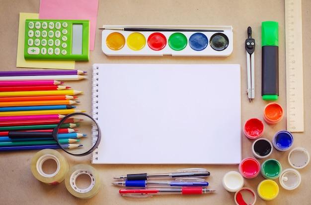 創造的な執筆およびデッサンのための学校文具のセット
