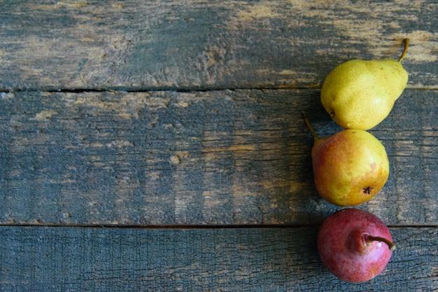 木製のおいしい熟したジューシーなカラフルなジューシーな梨
