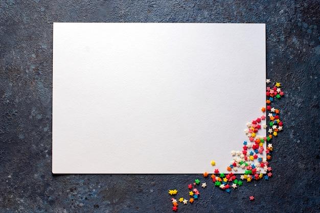 Кусок белой альбомной бумаги