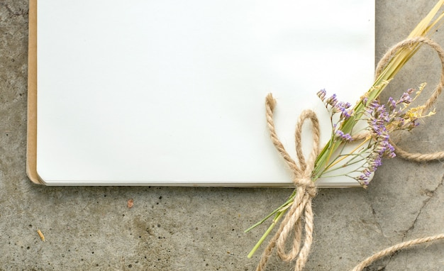 ロープと花を持つ素朴なビンテージノート