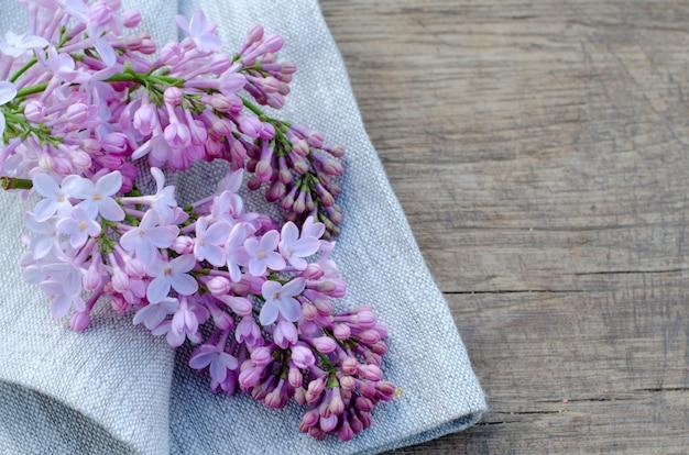 リネン生地に柔らかい紫色のライラックの花