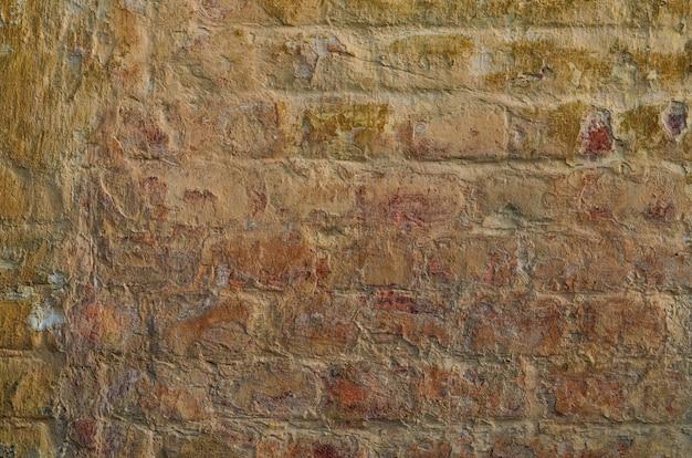 Деревенская старая красная кирпичная стена