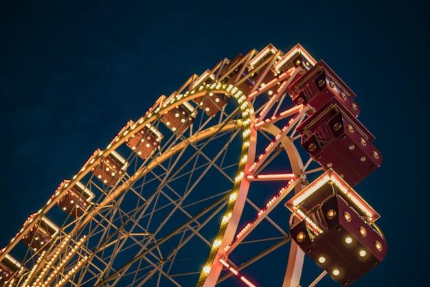 Колесо обозрения в парке ночью. развлечения в парке