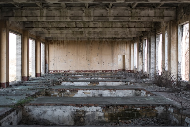 放棄された建物、戦争の響き。窓やドアのない家