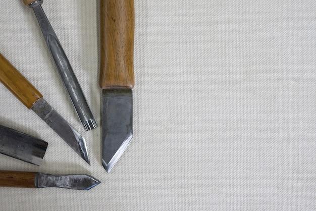 木彫り用ナイフとノミ