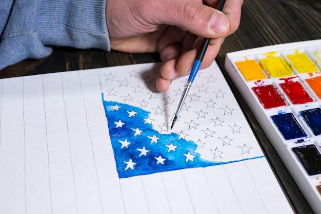 アーティストは私たちのために水彩のアメリカ国旗を描く独立記念日