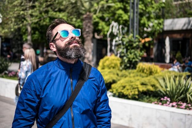Усы хипстер с бородой в очках