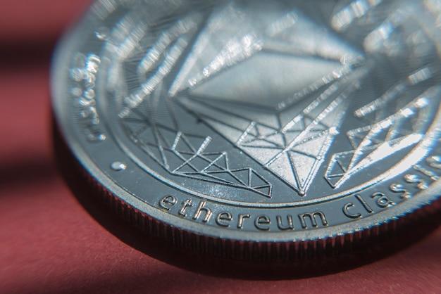 エーテル。暗号通貨エーテル。赤の背景の背景に電子通貨のエーテル