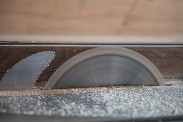 動いている円形。テーブルのこぎりがのこぎりの刃を回転させる