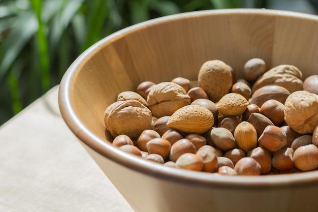 Орехи в деревянной миске.