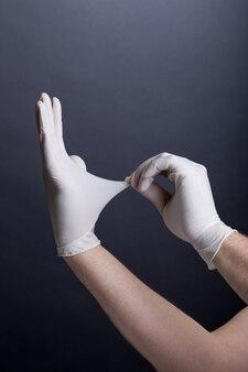 ラテックス手袋の男性の手