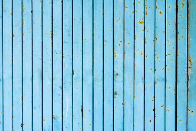 青い錆びた工業用ゲートのクローズアップ