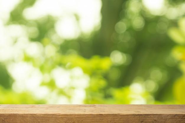 自然の背景に木のテーブル