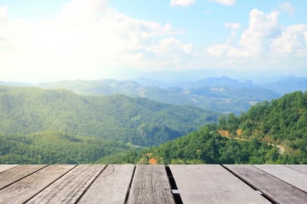 山の風景と木のテーブルトップ