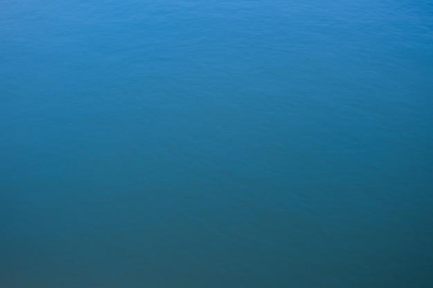 背景の抽象的な青い水