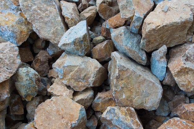背景の山の岩