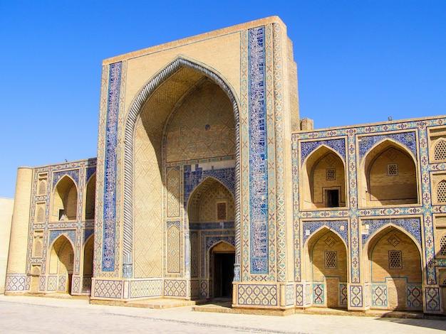 ウズベキスタンのブハラにある中央アジア最古の神学校であるウルグベクメドレッサの側面図。