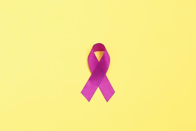 白地に紫のリボン。がんの概念